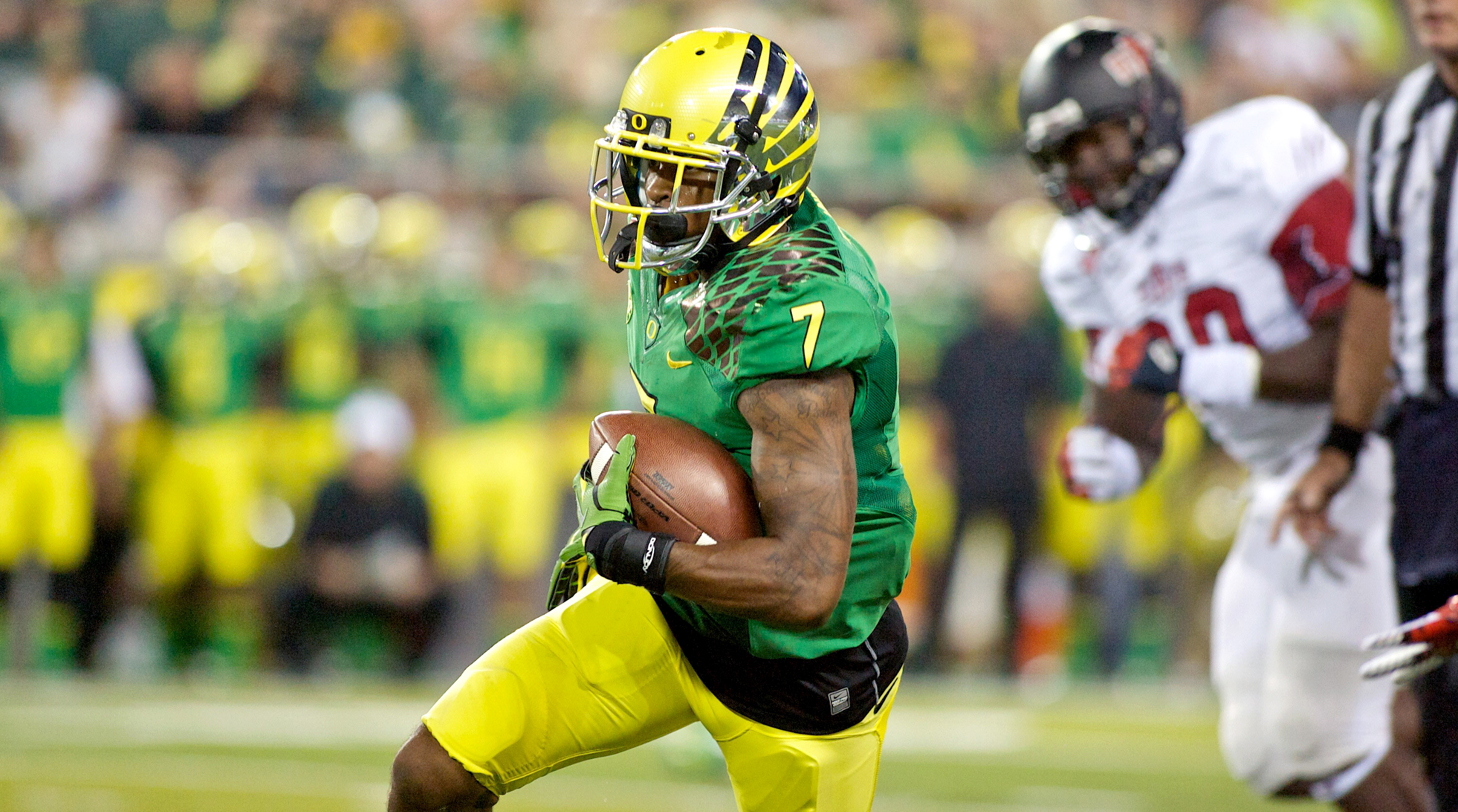 former-oregon-football-star-keanon-lowe-stops-an-armed-student-at-local-high-school