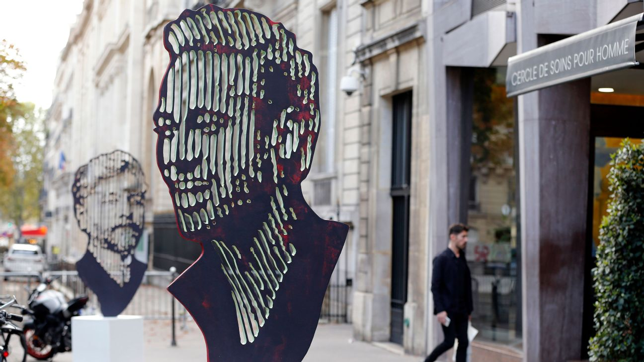 toe-poke-daily:-bust-of-psg-star-neymar-goes-on-display-on-streets-of-paris